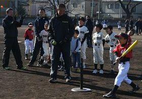 作新高野球部員と交流を深める児童たち=作新高グラウンド