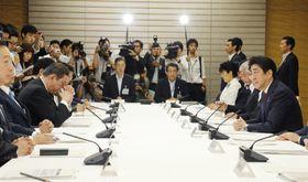 温室効果ガスの「マイナス26%」目標を決定した政府の地球温暖化対策推進本部の会合=2015年7月、首相官邸