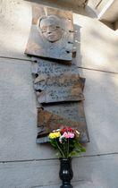 ロシア紙ノーバヤ・ガゼータ本社の入り口に掲げられた、アンナ・ポリトコフスカヤ記者の石碑=17日、モスクワ(共同)
