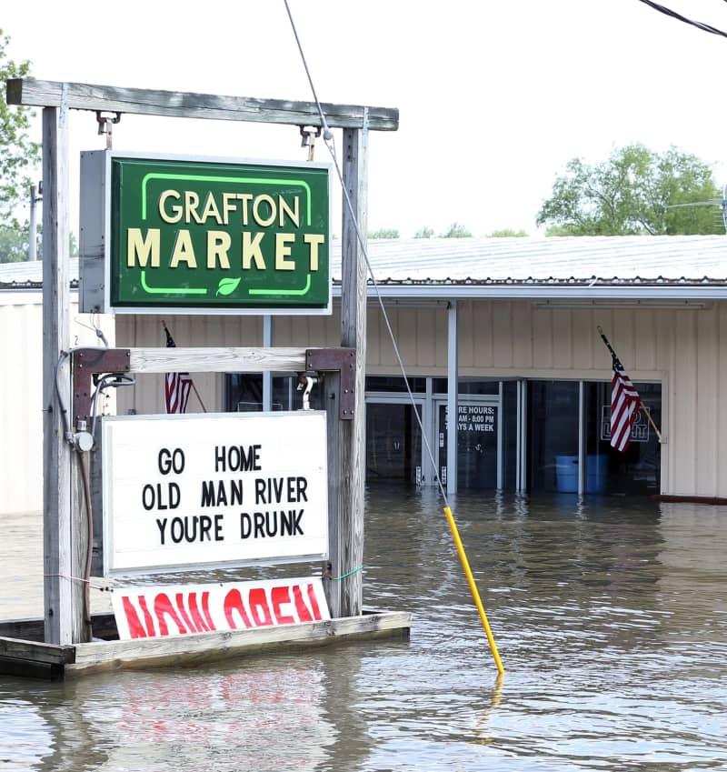 ミシシッピ川の氾濫に伴う洪水で、水浸しになった店舗=6月7日、米中西部イリノイ州グラフトン(UPI=共同)