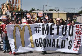 18日、米ロサンゼルスで、職場のセクハラへの抗議デモに参加するマクドナルドの従業員ら(AP=共同)
