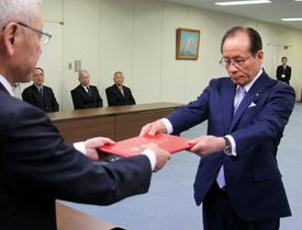 当選証書を受け取る朝長氏(右)=佐世保市役所