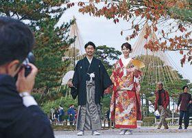 兼六園で結婚式「前撮り」 紅葉や雪づり、和装に映え