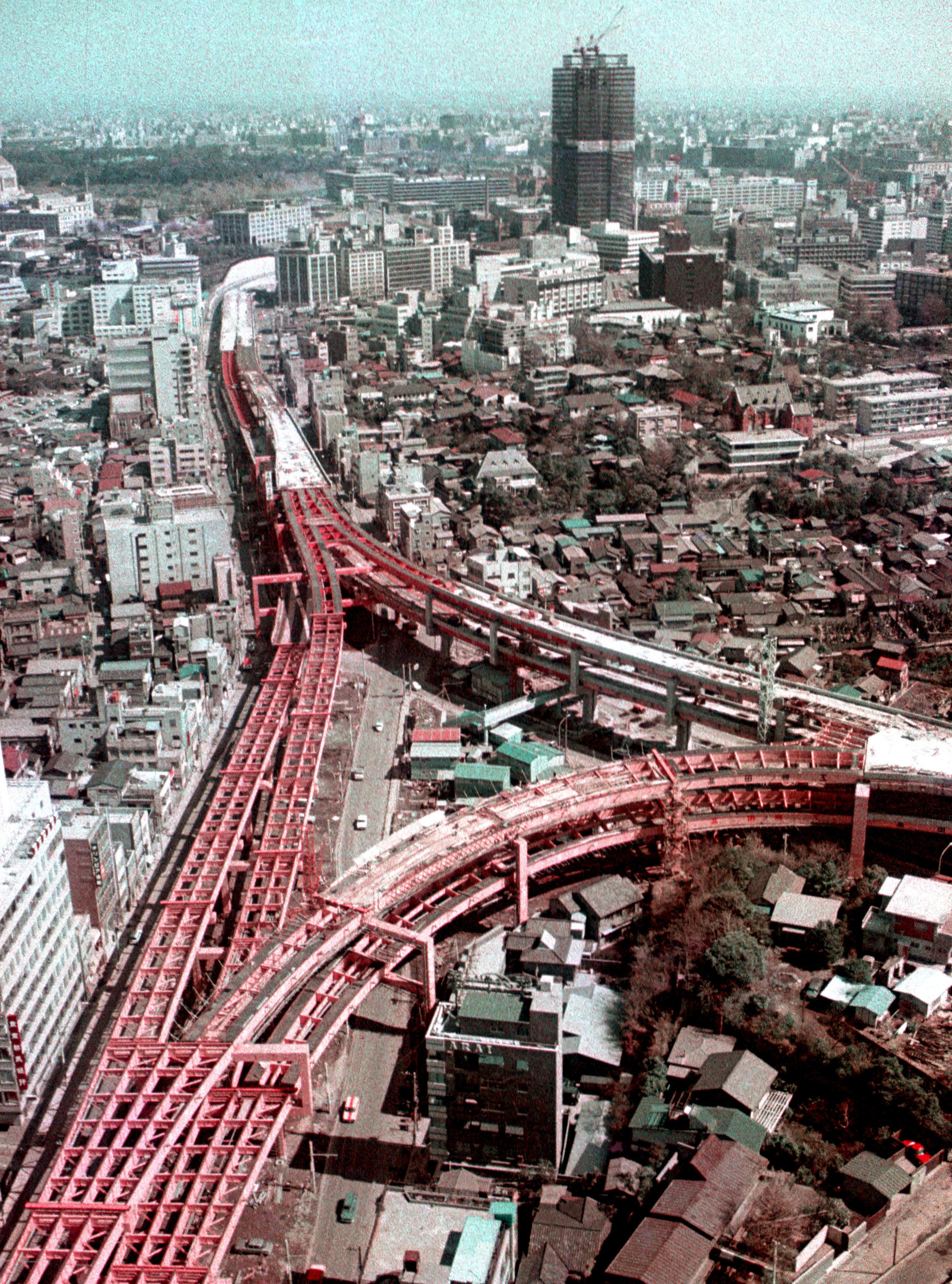 1967年3月、建設中の東京・首都高速道路の谷町ジャンクション付近。右奥は建設中の霞が関ビル