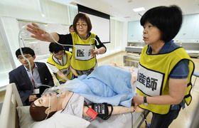 産婦人科医らを対象にした研修会。妊婦の模型を使って処置の手順を確認した
