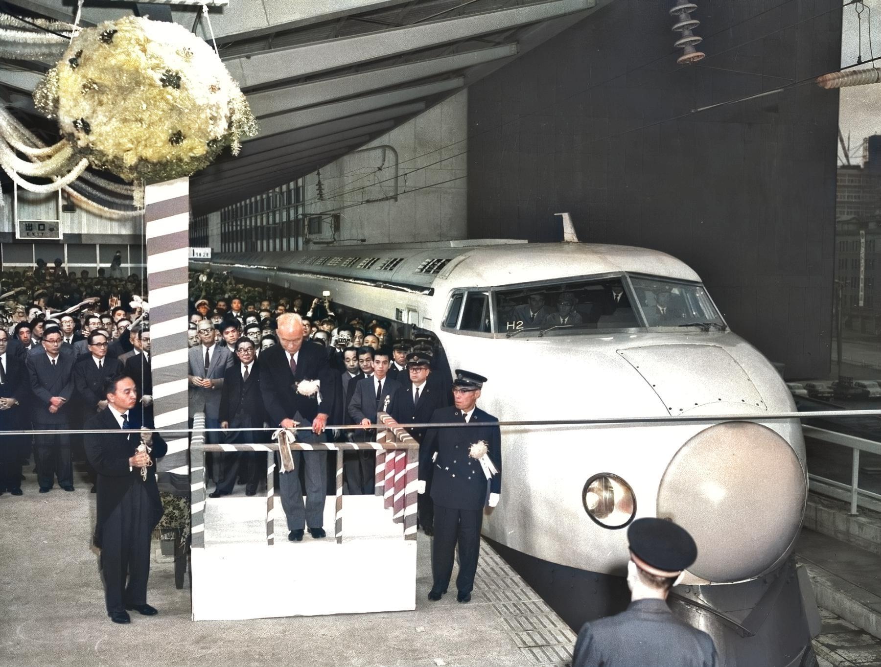1964年10月1日、「夢の超特急」と呼ばれた東海道新幹線が開業した。東京駅で行われた「ひかり1号」の出発式