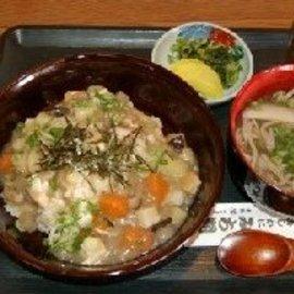 諫早市小長井町の「みち潮」で提供される「ぬっぺ飯」(左)。同市高来町のそばがセットに付く。素材やセットは各店で異なる