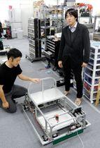 神戸市立工業高等専門学校と共同で作った自動運転センサーの実験機と木村建次郎教授(右)。屋外走行の試作車を製作中という=神戸市中央区港島9、神戸インキュベーションオフィス