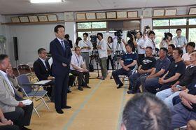 漁業者と意見交換した山口知事(左)=佐賀県有明海漁協大浦支所