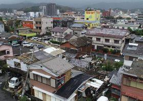 突風で住宅の屋根瓦が吹き飛ばされるなどの被害があった延岡市昭和町=22日午前11時32分(ドローンで撮影)