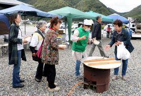 野菜市などのブースが並ぶ会場で、住民手作りの汁物が人気を集めた「かわにしマーケット」(10月19日)