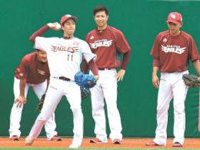 22日のリーグ戦再開に向けて練習する東北楽天の投手陣。左から久保、岸、辛島、福山