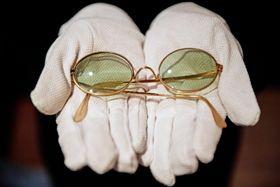 ロンドンでの競売で約2千万円で落札された故ジョン・レノンさんの壊れたサングラス(英PA通信=共同)
