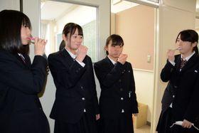 昼食後に廊下で歯磨きをする生徒