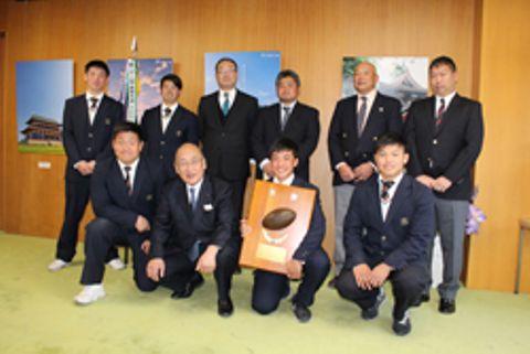 荒井正吾知事(前列左から2人目)とともに健闘を誓う御所実の選手ら=県庁知事室