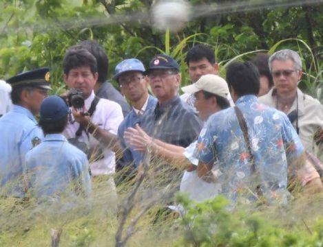 米軍ヘリ事故現場を視察する翁長雄志知事(中央)=12日午後0時25分、東村高江