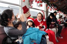 サンタ列車で記念撮影をする子ども=北条鉄道