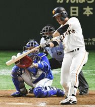 11回巨人無死二塁、代打石川が中越えにサヨナラ2ランを放つ。捕手嶺井=東京ドーム