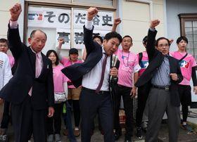 無投票再選し、2期目に向けて支持者らとガンバロー三唱をする園田氏(中央)=20日午後5時20分、大村市武部町の選挙事務所