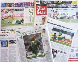 ラグビーW杯準々決勝での南アフリカ代表の勝利を伝える地元紙=21日、ヨハネスブルク(共同)