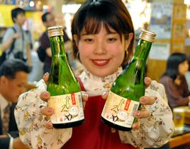 ひろめ市場創業20周年を記念して発売する「純米酒ひろめ」(20日午後、高知市帯屋町2丁目)
