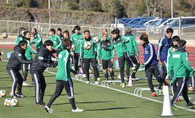 キャンプインし練習を始めた松本山雅の選手たち=22日午前10時22分、千葉県東金市の東金アリーナ