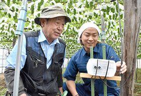 稲作に続きブドウ栽培でもIoTの活用に取り組み始めた大越賢治さん(右)と、ベテラン農家の佐藤満さん=高畠町馬頭