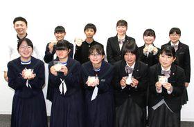 新商品を開発した秋月中と徳山商工高の生徒たち