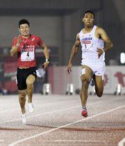 日本選手権の男子100メートル決勝で10秒02の大会新記録で優勝したサニブラウン・ハキーム。左は2位の桐生祥秀=博多の森陸上競技場
