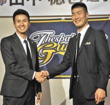 チームメートになる田中選手(左)と外山選手=沼田市で