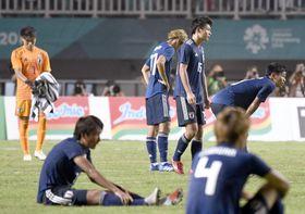 延長戦の末に韓国に敗れ、肩を落とす上田(奥右から2人目)ら日本イレブン=ボゴール(共同)