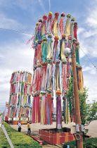 くす玉と吹き流しの一部が更新され、風に揺れるジャンボ七夕飾り=能美市根上総合文化会館