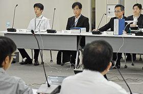 原子力規制委員会の審査に臨む日本原燃担当者ら(奥)=14日、東京・港区