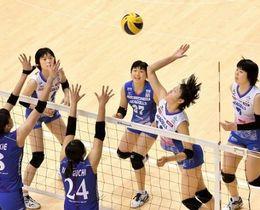 第3セット、スパイクを放つ岡山シーガルズの金田修佳(右から2人目)。左奥はセッター宮下遥=東京体育館