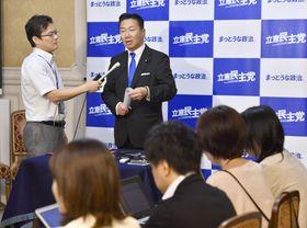 国会内で記者会見する立憲民主党の福山幹事長(右)=17日午前