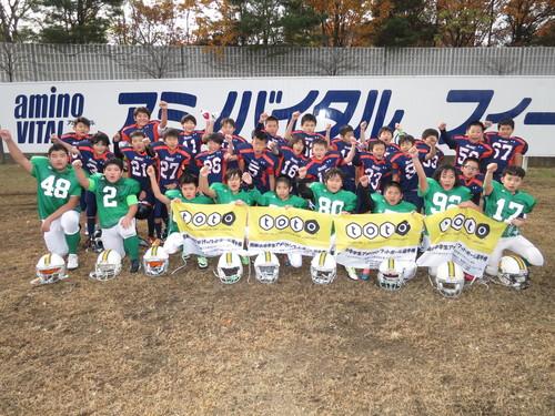 両チームそろっての記念写真=写真提供・関東小学生アメリカンフットボール連盟