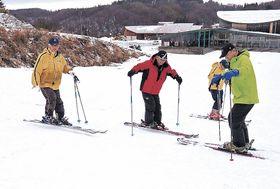 翌日に控えたスキー実習のため、雪を踏み固める職員=七尾市多根町の七尾コロサスキー場