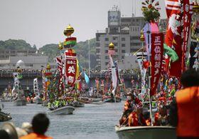 ホーランエンヤの「還御祭」で、大橋川を進む飾り船=26日午後、松江市