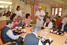 高齢者も安心して楽しめる食事を提供した城前孝史店主(右から5人目)=9月25日、八戸市