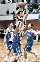 男子の決勝で中島クラブの加賀が29点目のシュート=白山市松任総合運動公園体育館