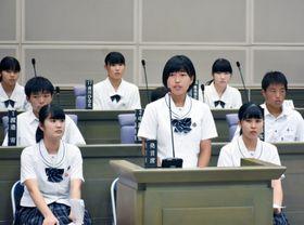 登下校時の安全対策について質問する生徒=鹿屋市議場