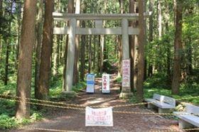 復旧工事がほぼ終了した表参道登山道の入り口=7日、弥彦村