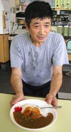地元産トマトが乗った「ひがしトマとカレー」と平川民雄さん=東大和市で