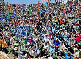 沖縄の5・15県民大会でガンバロー三唱をする参加者ら=19日、宜野湾海浜公園屋外劇場(国吉聡志撮影)