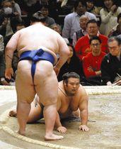貴景勝(右)は逸ノ城にはたき込みで敗れる
