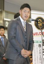 宮崎空港に到着し、歓迎セレモニーであいさつする巨人・岡本=27日