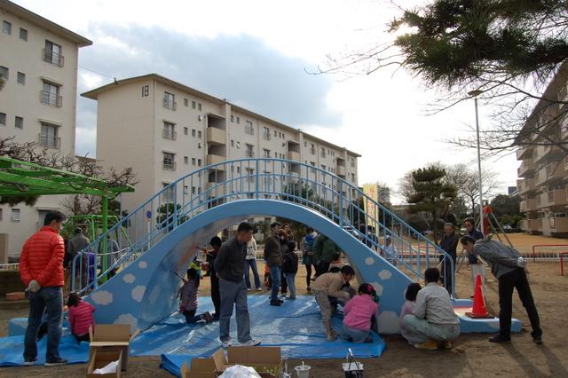 団地内の公園の遊具を住民たちで塗り直すDIYのワークショップも開催した(ちば地域再生リサーチ提供)