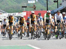 飯田駅前をスタートする「ツアー・オブ・ジャパン南信州」の選手たち=飯田市で