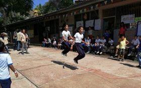 運動会で大縄跳びを楽しむ子どもたち=2018年10月15日、ホンジュラスの首都テグシガルパ(AMDA社会開発機構提供)