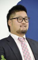 契約更改交渉後に記者会見する広島の中崎=12日、マツダスタジアム